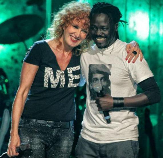 Fiorella Mannoia insieme con il corista senegalese Natty Fred