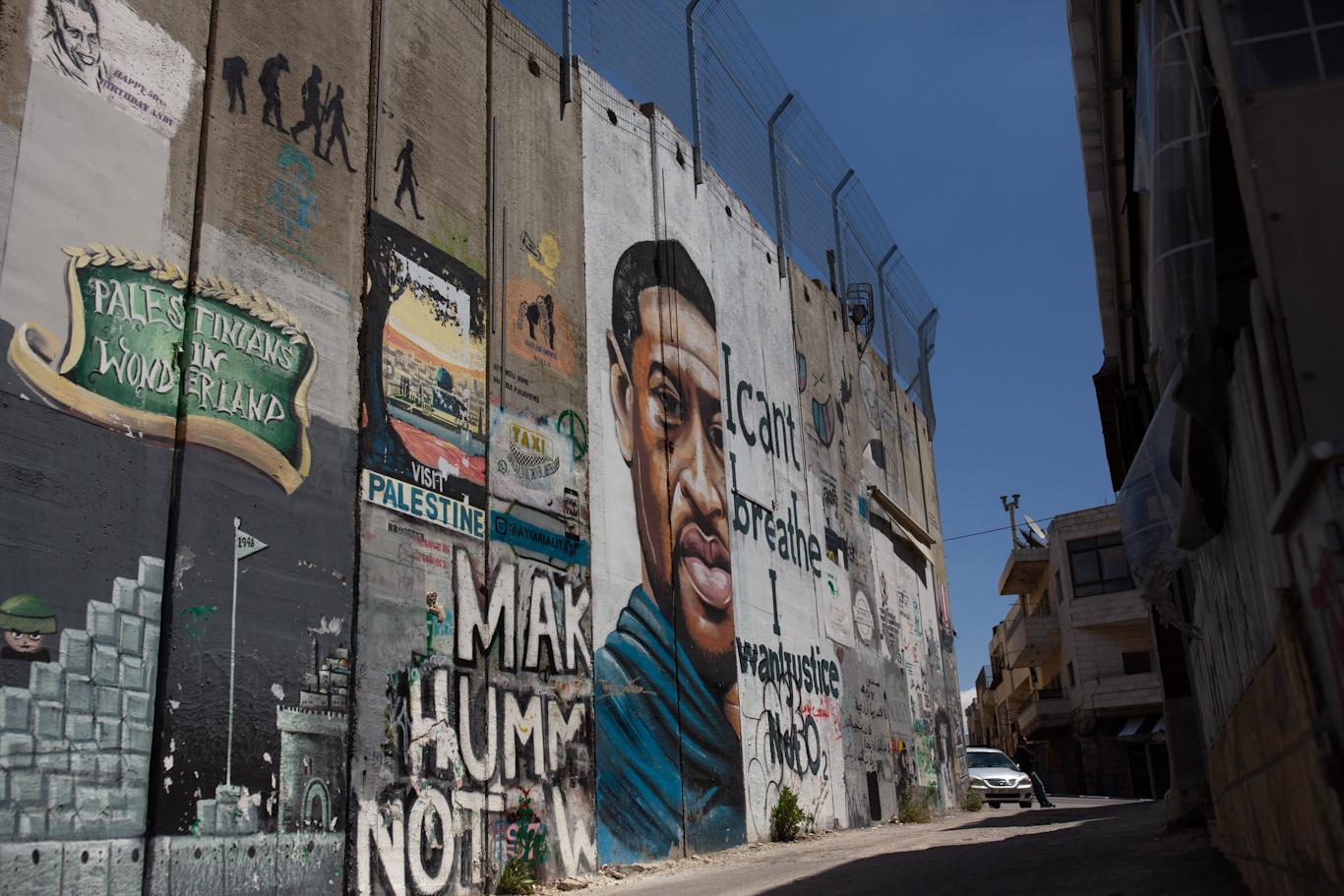 Il murale raffigurante George Floyd sul muro dell'apartheid israeliano nella città palestinese di Betlemme, 9 aprile 2021. Maya Alleruzzo | AP